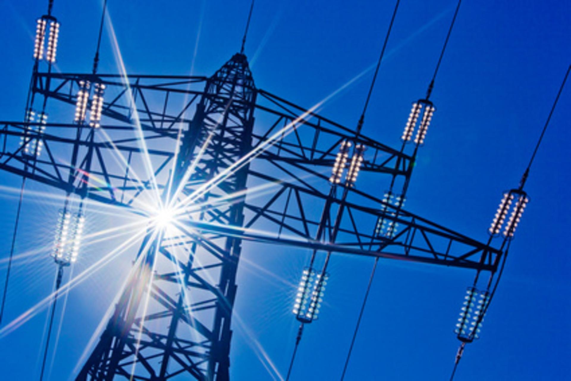 Stromleitung mit Sonne